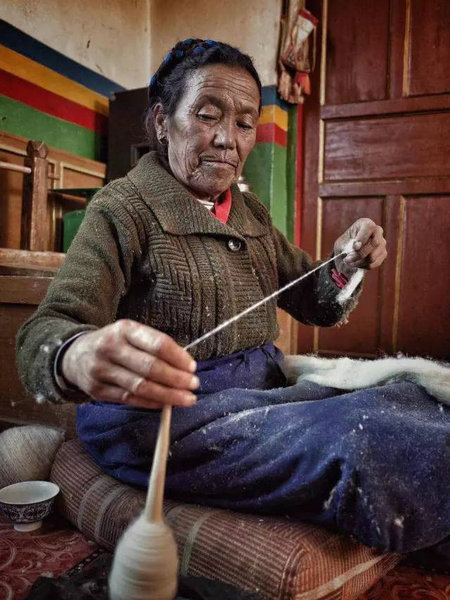 Tibetan craftswoman. (Photo provided to chinadaily.com.cn)