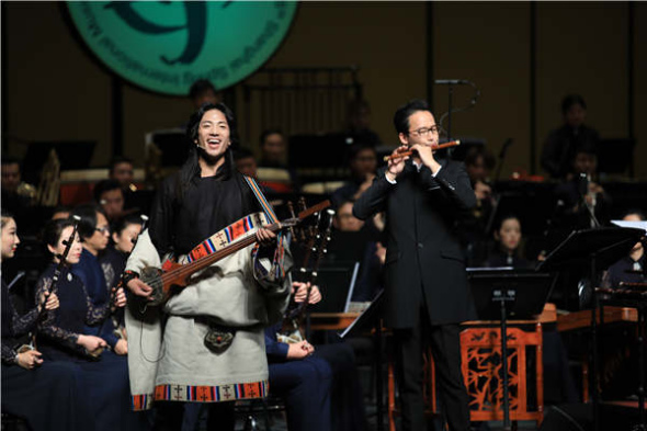 A suona artist and a ballad singer perform with the same orchestra.(Photo provided to China Daily)