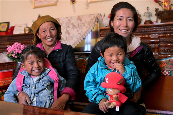 Drolma, 53, spends time with her daughter and grandchildren at home. (Photo by HOU LIQIANG/CHINA DAILY)