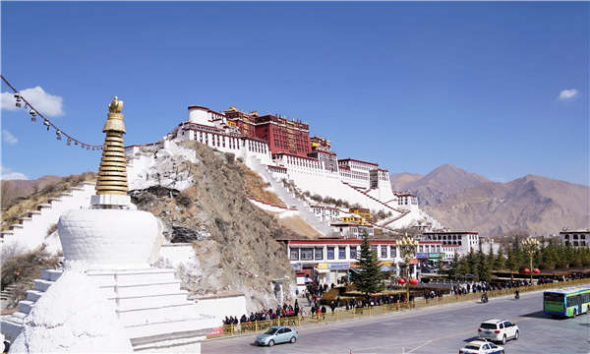 People wait in line in front of the Potala Palace in Lhasa in the Tibet autonomous region on Wednesday. (Photo/Xinhua)