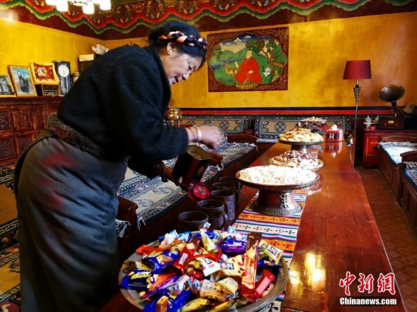 A Tibetan lady prepares for celebration of the Tibetan New Year in Lhasa, Tibet on Feb. 14 (Photo: China News Service/Zhao Yan)