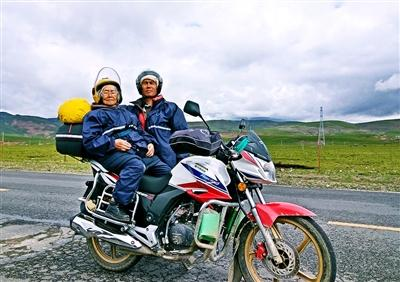 Song Jianhui and his 84-year-old mother ride a motorcycle on the way to Tibet. (Photo/Chengdu Business Daily)